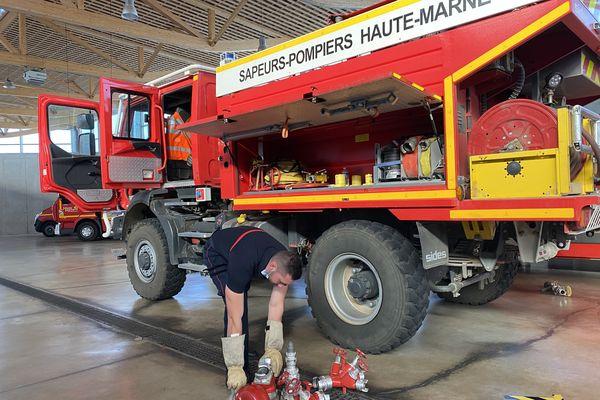 Les sapeurs-pompiers hauts-marnais nettoient leurs camions au retour de leur mission dans le Var, le 25 août 2021.