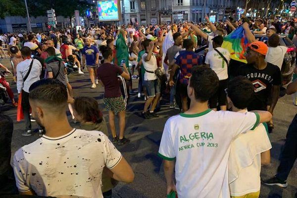 Ils étaient des centaines hier  dans le quartier de la Guillotière à Lyon, dans le Rhône à fêter la victoire de l'Algérie lors de la CAN 2019.
