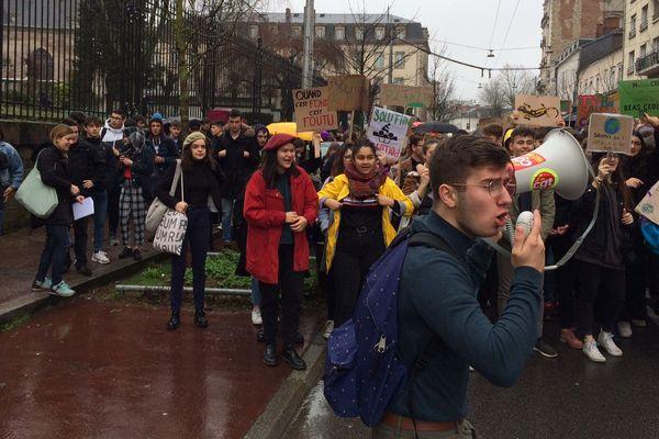 Environ 300 jeunes, collégiens et lycéens, défilaient vendredi 15 mars 2019 dans les rues de Limoges.