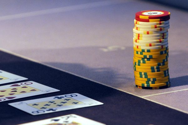 Des jetons posés sur une table de jeu, lors d'un partie de poker au casino.
