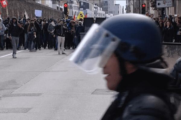 les policiers essuient des jets de bombes artisanales et de gaz hautes-températures
