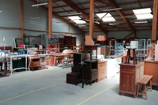 La salle des ventes d'Emmaüs à Hédé, en Ille-et-Vilaine