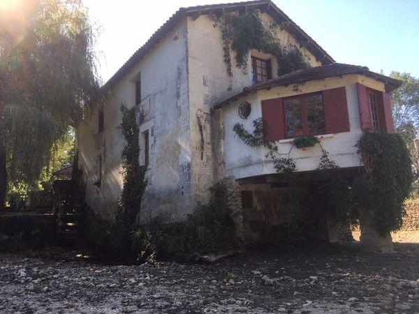 Geneviève et Gilbert Brunet propriétaires d'un moulin se retrouvent privés d'eau. Des dégâts sur la maison et une forte mortalité pour les poissons