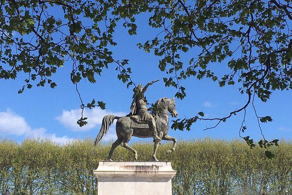 Louis XIV et son cheval, entourés de platanes place du Peyrou.