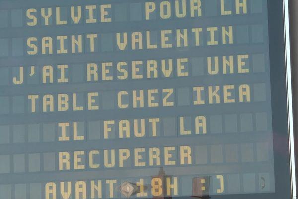 """Amour ou humour : on peut choisir les deux... """"Pour la Saint-Valentin, j'ai réservé une table chez Ikéa... Il faut venir la rechercher avant 18 heures."""""""
