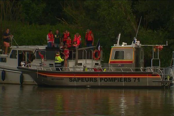 Le bateau des pompiers de Saône-et-Loire est venu au secours de l'embarcation en difficulté.