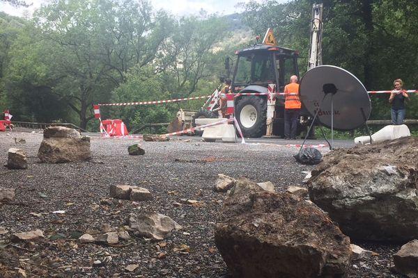 La RD25 fermée à la circulation des véhicules mais aussi des piétons jusqu'à nouvel suite à la chute d'un rocher sur sur un camping-cariste - août 2018