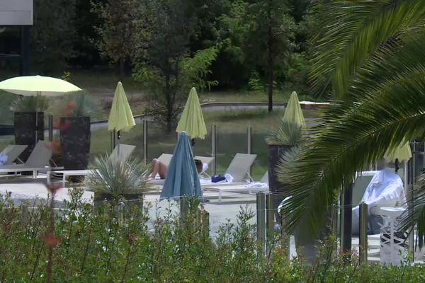 La piscine d'un hôtel thalasso 4 étoiles à Arcachon où la clientèle est venue se faire chouchouter en ce mois de juillet 2021
