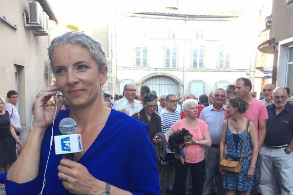 Delphine Batho et ses militants au soir de sa réélection dans la deuxième circonscription des Deux-Sèvres.