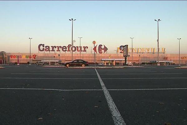 ARCHIVES : Le parking désert du centre commercial Mondeville 2 le 17 novembre 2018 dans l'agglomération caennaise.