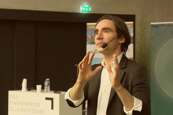 Johann Bayle est intervenant, il utilise (notamment) la magie pour faire passer des techniques de séduction auprès des touristes-clients