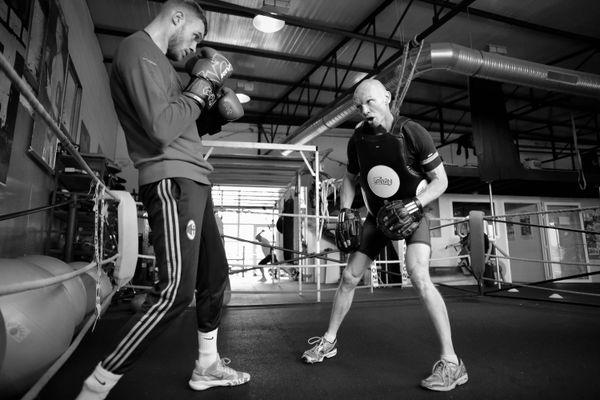 Keanu Klose, boxeur professionnel, s'entraine tous les jours avec son père