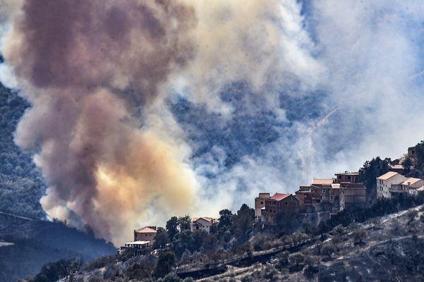 En Algérie, depuis lundi soir, des incendies ravagent la Kabylie, notamment la région de Tizi-Ozou. 69 personnes sont décédées.