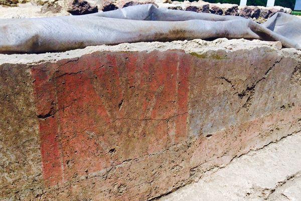 Dans cette maison de notable, le bas d'une fresque vieille de près de 2000 ans vient d'être mise à jour à Jublains (Mayenne)