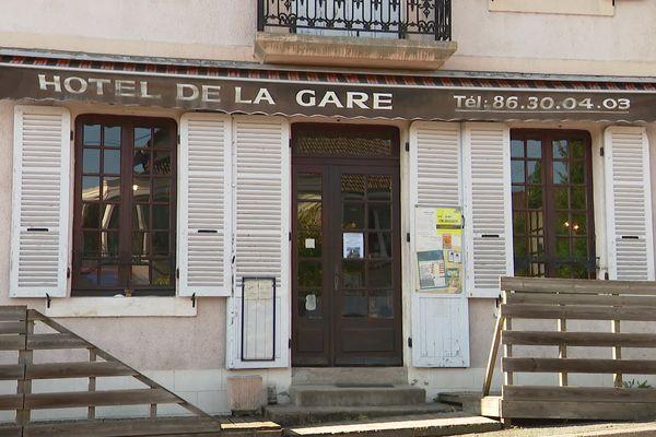 La façade de l'Hôtel de la Gare de Luzy (Nièvre).