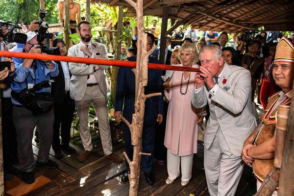 Le prince Charles s'essaie à la sarbacane sous le regard ébahi de son épouse Camilla, en novembre 2017, en Malaisie