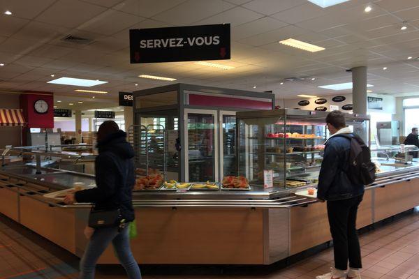 Pendant le confinement, les restaurants universitaires (ici celui du campus 1 de Caen) proposent des repas à emporter aux étudiants