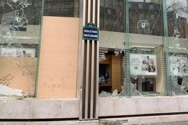 La vitrine brisée d'un magasin après les manifestations des gilets jaunes, le 8 décembre 2018.