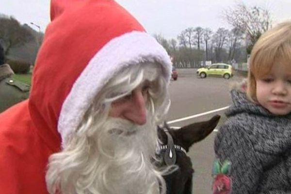 Le Père Noël, professionnel, dans les rues de Saint-Sauveur (Haute-Saône).