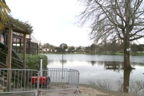 Ce restaurant près du lac a été sinistré par les inondations et va pouvoir être aidé pour payer ses salariés, momentanément au chômage technique.