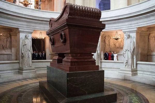 Le tombeau de Napoléon, sous le dôme des Invalides à Paris • © CAROLYN KASTER / AP / POOL / AFP