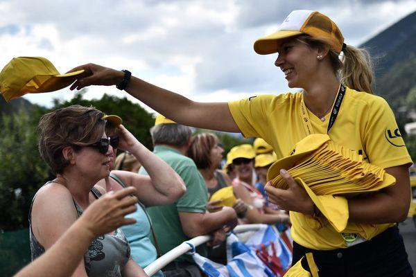 Les gadgets promotionnels distribués aux spectateurs pendant le Tour de France terminent souvent dans la nature.