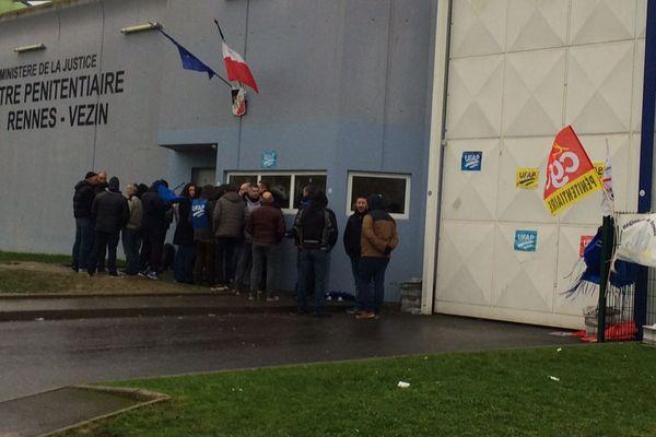 Des surveillants manifestent devant le centre pénitentiaire de la prison de Véin-le-Coquet