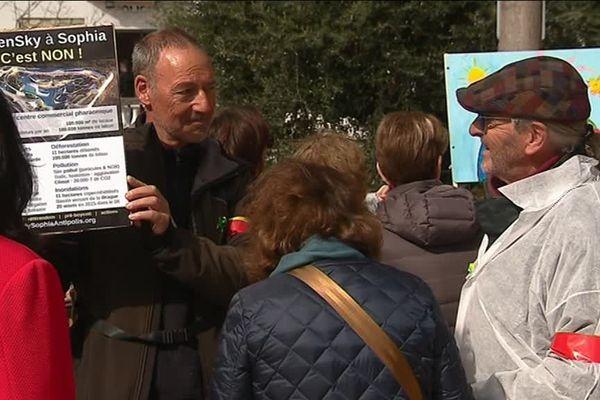 A Vence, les opposants au projet Open Sky à Sophia Antipolis ont fait signer leur pétition lors des marches pour le climat dimanche 17 mars.