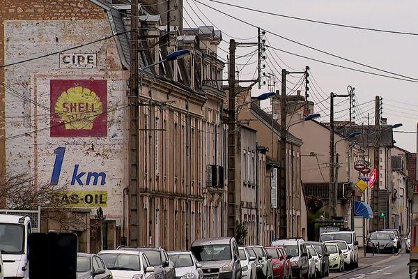 Sur la route nationale 10 près de Poitiers, les traces de ces anciennes publicités géantes résistent au temps.