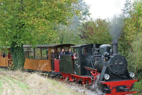 Le p'tit traind e la Haute-Somme emmène ses passagers pendant une heure dans la campagne picarde, de La Neuville-lès-Bray à la sucrerie de Dompière-Becquincourt.