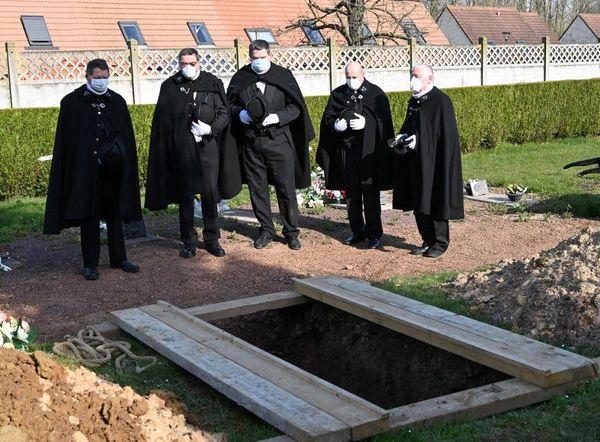 Les Charitables de Béthune accompagnant un défunt vers sa dernière demeure le 27 mars dernier.