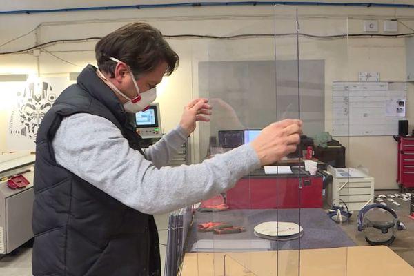 Cet écran de protection en polycarbonate se pose sur le comptoir et isole l'employé d'un commerce ou d'une pharmacie de la contagion.