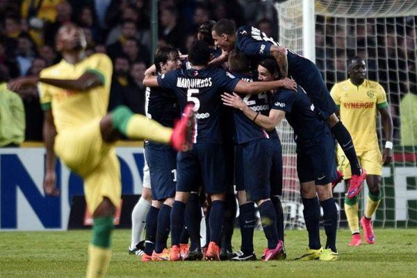 Les Parisiens félicitent Cavani, auteur du premier but de Paris à Nantes (victoire finale 2-0).
