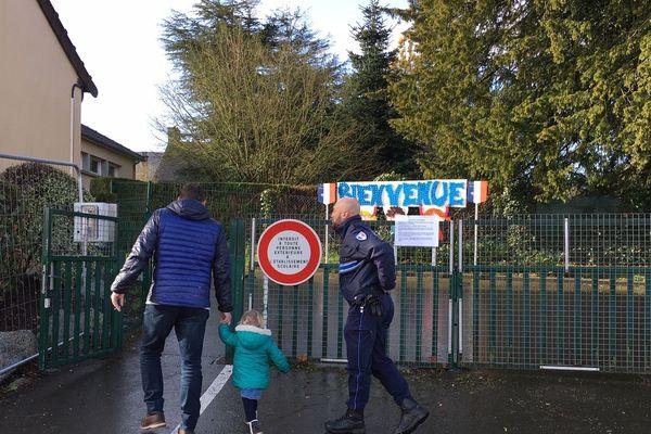 Sartilly : les parents ont découvert la fermeture de l'école jeudi dernier, au matin. elle doit rouvrir ce jeudi 1é mars, selon l'ARS et la préfecture de la Manche.