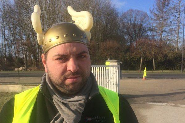Le gilet jaune Guillaume Voisin est posté au bord de la route au niveau de Mouy-sur-Seine, en Seine-et-Marne.