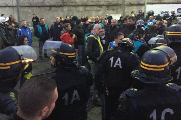 Intervention des CRS pour dégager l'accès de la prison de Gradignan bloqué par les gardien en grève