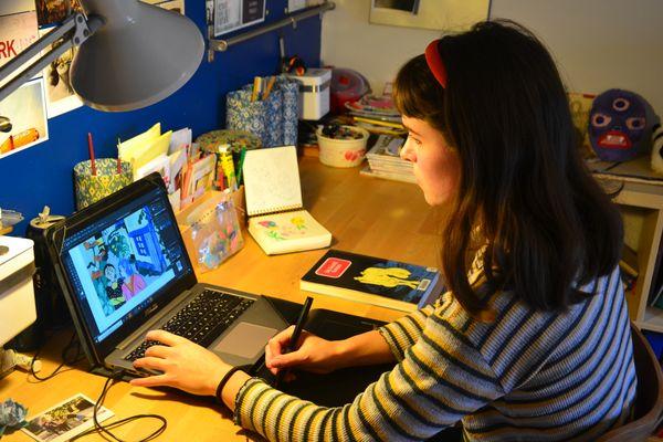 La dessinatrice travaille aussi bien de façon traditionnelle avec de la peinture que de façon numérique avec un ordinateur.