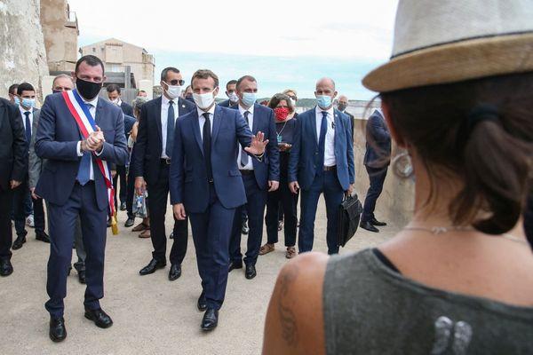 Emmanuel Macron (centre) et Jean-Charles Orsucci (gauche), le maire de Bonifacio, lors d'une visite de la commune, le 10 septembre 2020.