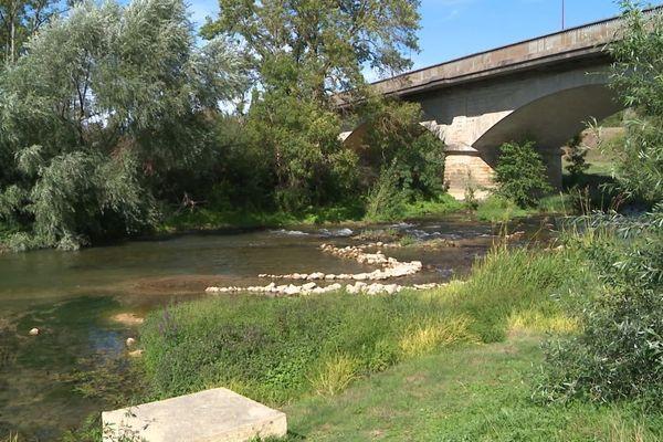 A cause de la sécheresse, la rivière Armançon ne peut plus alimenter le Canal de Bourgogne.