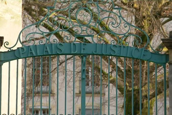 Les grilles du palais de justice de Mâcon.