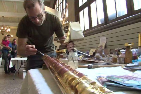 Julien Rapin, doreur sur bois, fait partie des quinze artisans en démonstration