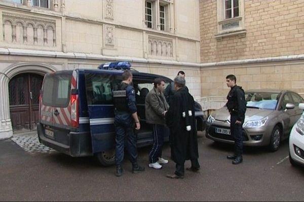 Jean-Pierre Mura, meurtrier présumé de Christelle Maillery,  lors de son transfert à  la maison d'arrêt de Dijon en septembre 2014