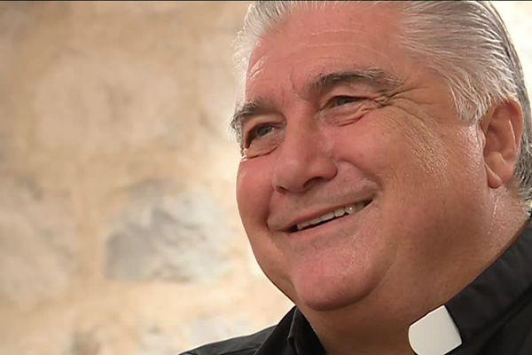 Gil Florini, curé pour le moins atypique, sort un livre.