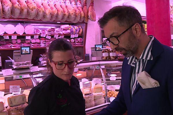 Antonio Ballone, propriétaire d'une épicerie de Cannes, prépare des commandes.