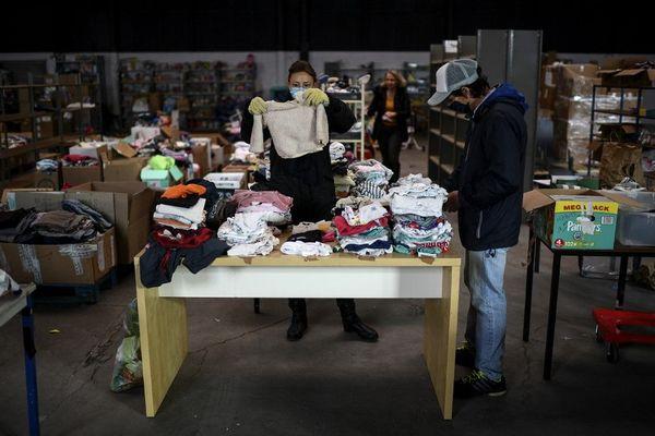 Des bénévoles de l'association MaMaMa lors d'une distribution de vêtements pour enfants début novembre à Saint-Denis.