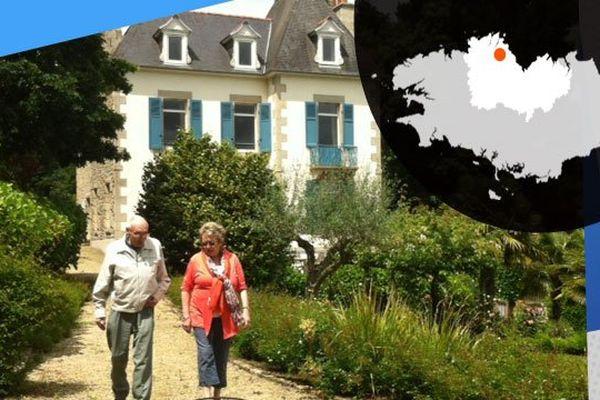 Michou Jannin et Pierre Mulot, un ami de Brassens devant la maison de Kerflandry qui a appartenu a l'artiste de 1969 à 1981.
