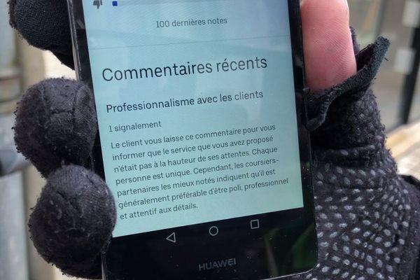 Via un système de tchat, Uber Eats ne manque pas de rappeler à ses livreurs les codes de conduite et les bonnes façons de travailler.