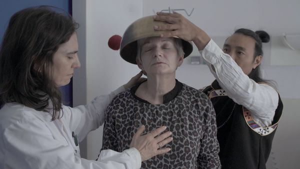 Frédérique et Passang mettent en commun leurs connaissances pour prendre soin des malades.