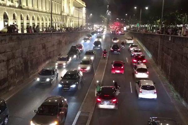 Vendredi 19 juillet : après la victoire de l'Algérie, les supporters sont arrivés en voiture pour fêter la CAN2019