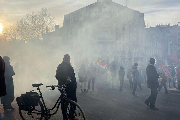 Le cortège amiénois a défilé devant la gare d'Amiens, cerné par les gaz lacrymogènes.
